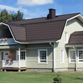 Загородный дом с крышей из металлочерепицы