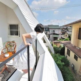 Мансардный балкон с перилами из стальных уголков