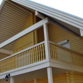 Деревянное ограждения балкона в мансарде сельского дома