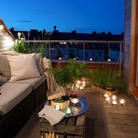 Романтическая атмосфера на балконе с диванчиком