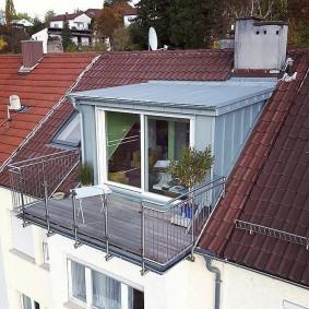 Самодельный балкон на мансардной крыше