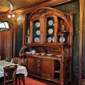 Деревянный шкаф в столовой зоне гостиной