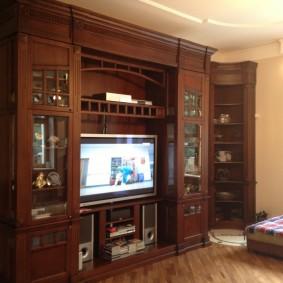Небольшая стенка из березы с местом для телевизора