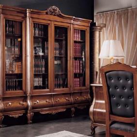 Роскошный шкаф из дуба для домашней библиотеки