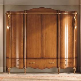 Деревянный шкаф для платьев и одежды