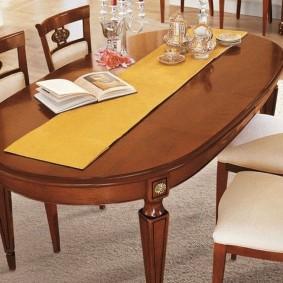 Обеденный стол коричневого цвета