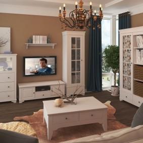 Недорогая мебель из окрашенного дерева