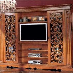 Ажурный декор на фасадах мебели в гостиной