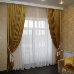 Белая гардина на окне в гостиной