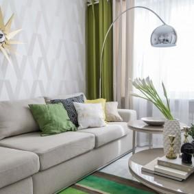 Двойные занавески в гостиной комнате квартиры