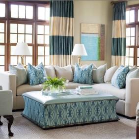 Полосатые занавески в гостиной с диваном