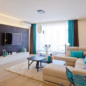 Современная гостина со шторами разного цвета