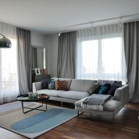 Квадратный ковер в зоне отдыха гостиной