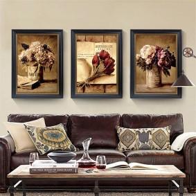 Модульные картины над кожаным диваном в гостиной