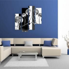 Черно-белые картины на синей стене