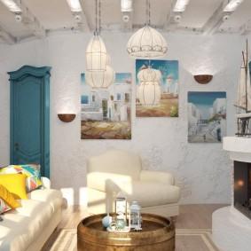 Камин в гостиной комнате средиземноморского стиля