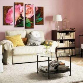 Белая мебель в комнате с розовыми стенами