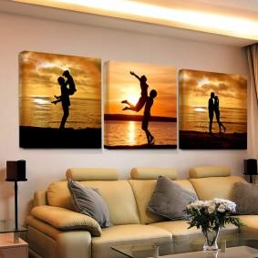 Модульные картины на стене жилой комнаты