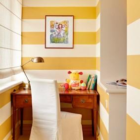 Полосатая окраска стен на маленькой лоджии