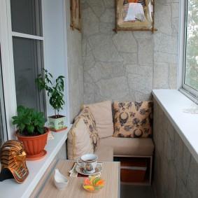 Небольшой подвесной столик на узкой лоджии