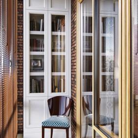 Узкий книжный шкаф на маленьком балконе
