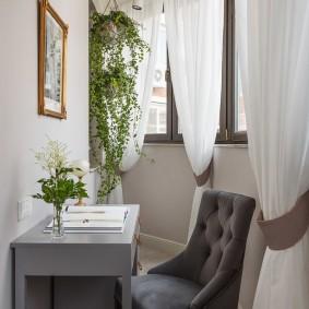 Длинные шторы из белой ткани