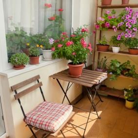 Садовые стульчики на небольшом балконе