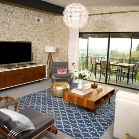 Бумажные обои в интерьере гостиной с панорамным окном