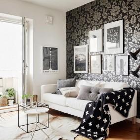 Декор фотографиями стены над белым диваном