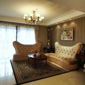 Два роскошных дивана в комнате с коричневыми обоями