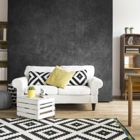 Серая стена гостиной за белым диваном
