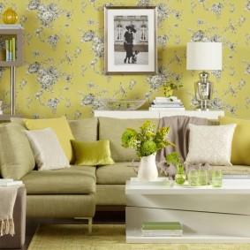 Желтый фон на обоях с серым рисунком