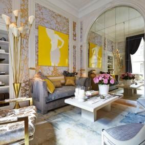 Желтая картина на обоях с золотистым декором