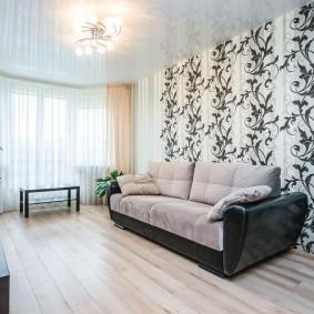 Интерьер гостиной в квартире с черно-белыми обоями