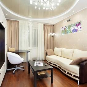 Интерьер небольшой гостиной с натяжным потолком