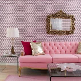 Розовый диван в гостиной ретро стиля