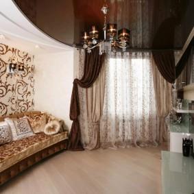 Дизайн гостиной комнаты с коричневым потолком