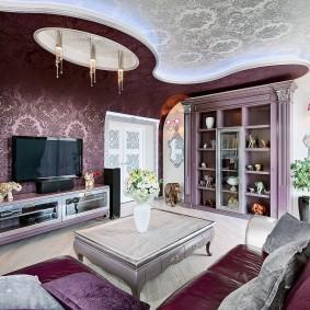Красивый потолок в гостиной небольшой площади