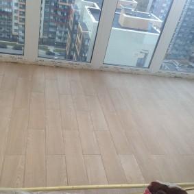 Ламинат на балконе с панорамными окнами