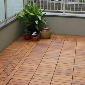 Садовый паркет на просторном балконе