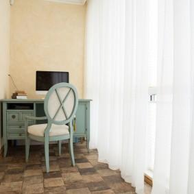Уютный балкон в трехкомнатной квартире
