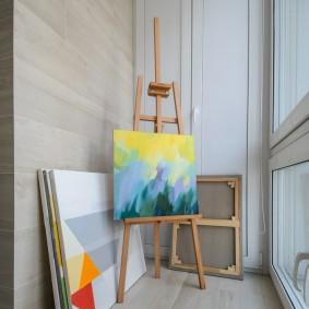 Мольберт художника на застекленном балконе