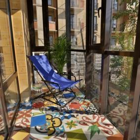 Отделка пола балкона пестрой плиткой