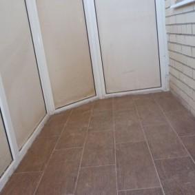 Керамическое покрытие на полу маленького балкона