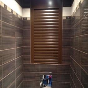 Коричневые рольставни в интерьере туалета