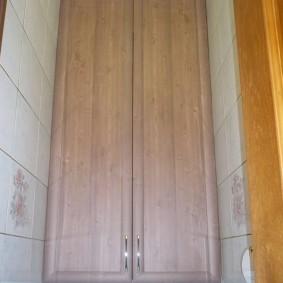 Хромированные ручки на длинных дверцах из МДФ