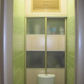 Вентиляционная решетка верху стены туалета