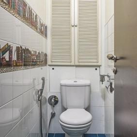 Синяя плитка на полу в маленьком туалете