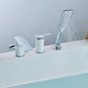 Душевая лейка в бортике ванной