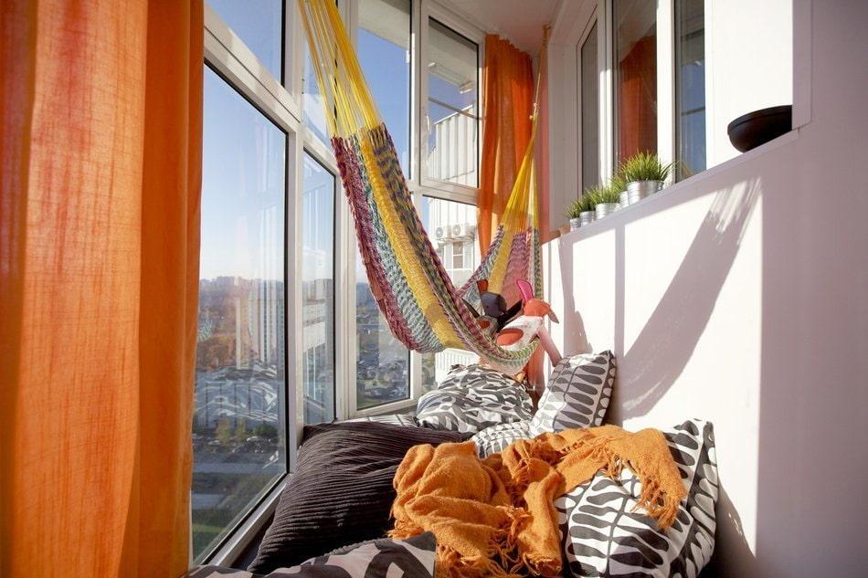 Комфортное место для отдыха на панорамном балконе